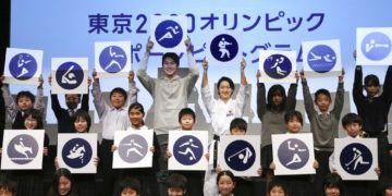Kiyo Shimizu, (centro a la derecha) posan junto a estudiantes con los pictogramas de los Juegos Olímpicos de Tokio 2020 durante un acto para celebrar la cuenta regresiva de 500 días para las justas, el martes 12 de marzo de 2019. (AP Foto/Koji Sasahara)
