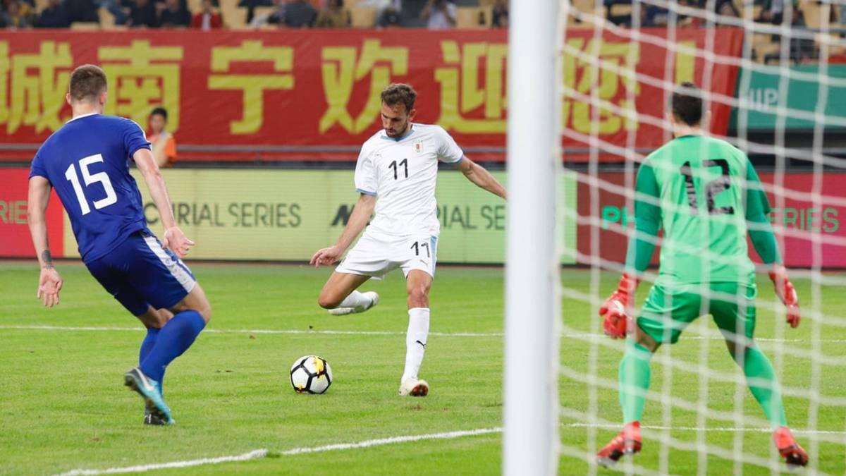 El delantero de Uruguay Christian Stuani (c) patea uno de los dos goles que anotó frente a Uzbequistán, el 22 de marzo de 2019 en la China Cup. Foto: as.com