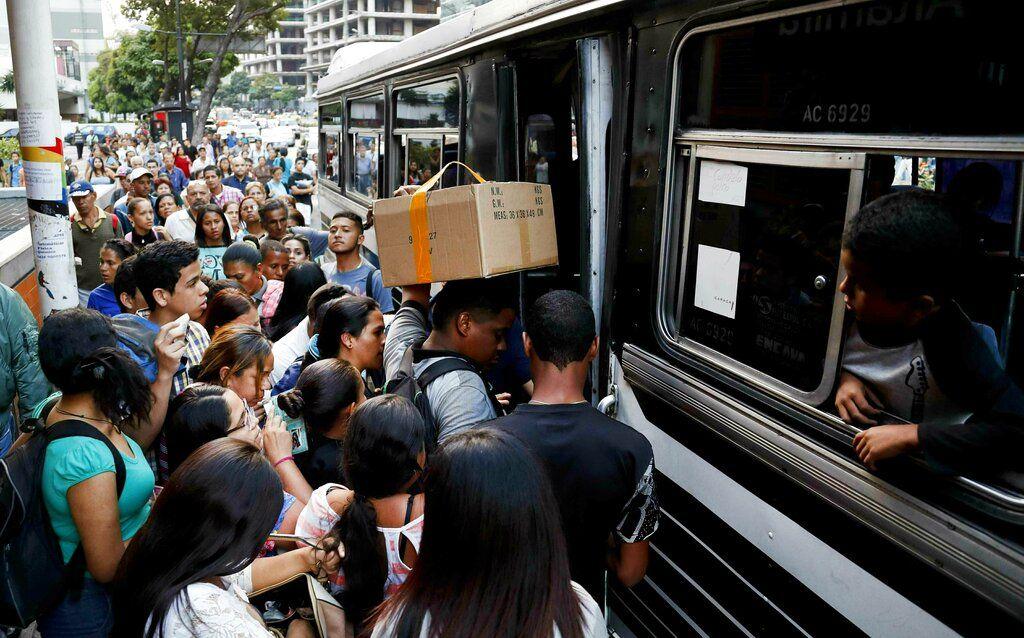 Venezolanos tratan de abordar un autobús después de un apagón en Caracas, Venezuela, el jueves 7 de marzo de 2019.  Foto: Eduardo Verdugo / AP.