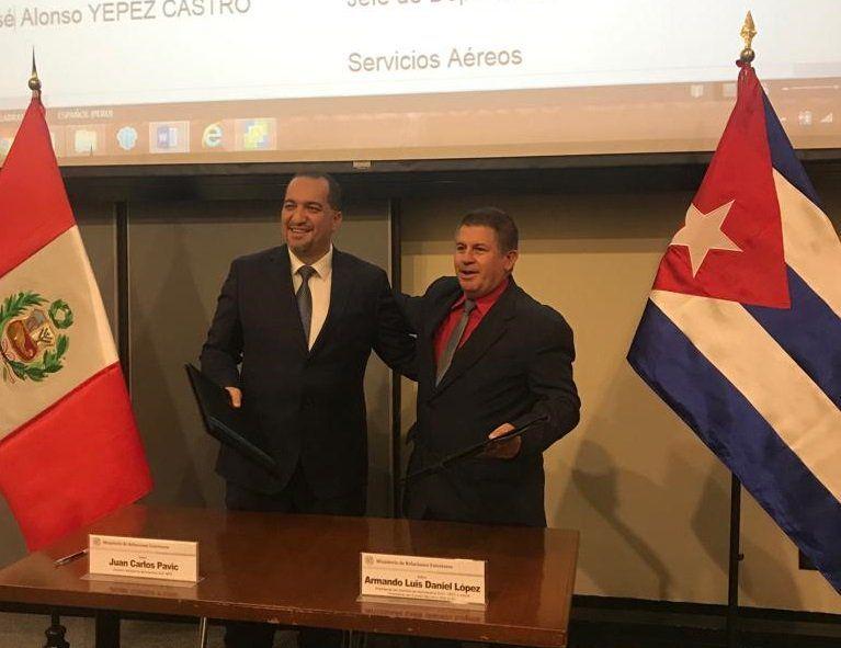 El director general de Aeronáutica Civil de Perú, Juan Carlos Pavic, y por el presidente del Instituto de Aeronáutica Civil de Cuba, Armando Luis Daniel, tras la firma de un acuerdo para incrementar los vuelos entre los dos países. Foto: @manuvargas94 / Twitter.