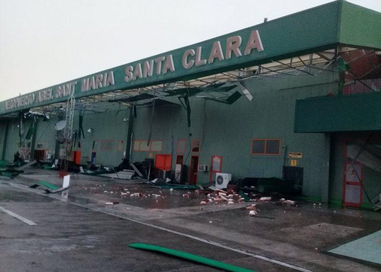 """Daños causados en el aeropuerto internacional """"Abel Santamaría"""" de Santa Clara, en el centro de Cuba, por una tormenta local severa el 28 de abril de 2019. Foto: @teleyradio / Twitter."""