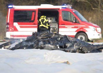 Los restos calcinados de una pequeña avioneta se ven sobre un campo cerca del pequeño aeródromo de Egelsbach, cerca de Fráncfort, Alemania, el domingo 31 de marzo de 2019. Foto: Michael Probst / AP.