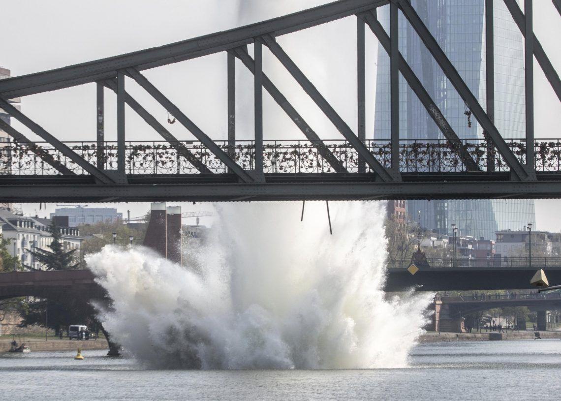 Autoridades detonan una bomba que data de la II Guerra Mundial en Fráncfort, Alemania, el 14 de abril del 2019.   (Frank Rumpenhorst/dpa via AP)