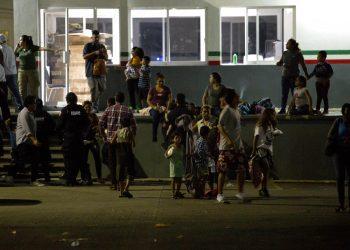 Migrantes esperan a ser trasladados desde un centro de detención para migrantes, en Tapachula, en el estado de Chiapas, México, el 25 de abril de 2019. Foto: Moisés Castillo / AP.