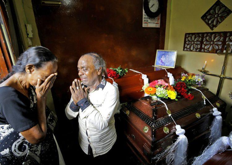 Una familia de Sri Lanka llora junto a los ataudes de tres miembros de su familia, todas fallecidas en los ataques del Domingo de Pascua, en Colombo, Sri Lanka, el 23 de abril de 2019. Foto: Eranga Jayawardena / AP.