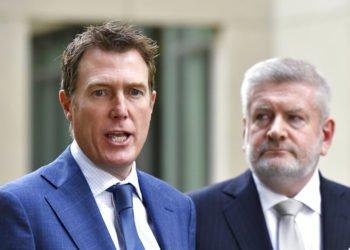 El fiscal general de Australia Christian Porter, a la izquierda, y el ministro de Comunicaciones Mitch Fifield, durante una conferencia de prensa en el Parlamento el miércoles 4 de abril de 2019 en Canberra. Foto: Mick Tsikas / AAP Image vía AP.