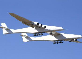 El Stratolaunch, un gigantesco avión de seis motores con la envergadura de alas más larga del mundo, inicia en California su primer vuelo el sábado 13 de abril de 2019. (AP Foto/Matt Hartman)