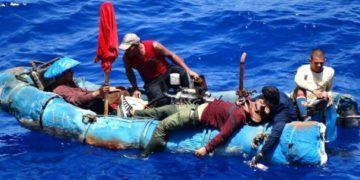 Foto de Archivo de balseros cubanos intentando llegar a las costas estadounidenses.