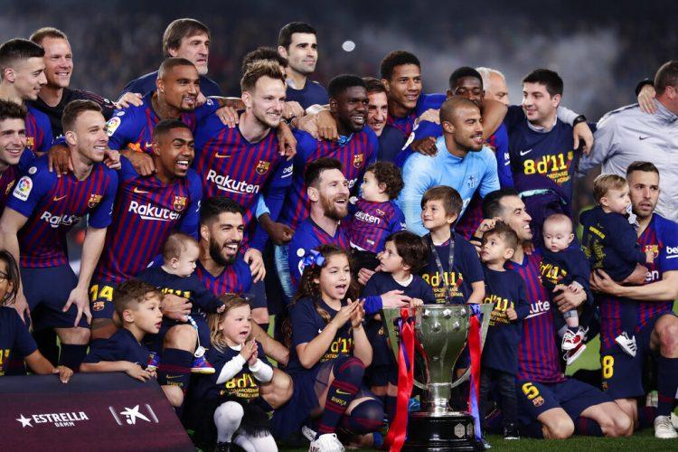Los jugadores del Barcelona, con sus hijos posan con el trofeo de campeones de la Liga española, el sábado 27 de abril de 2019. Foto: Manu Fernández / AP.