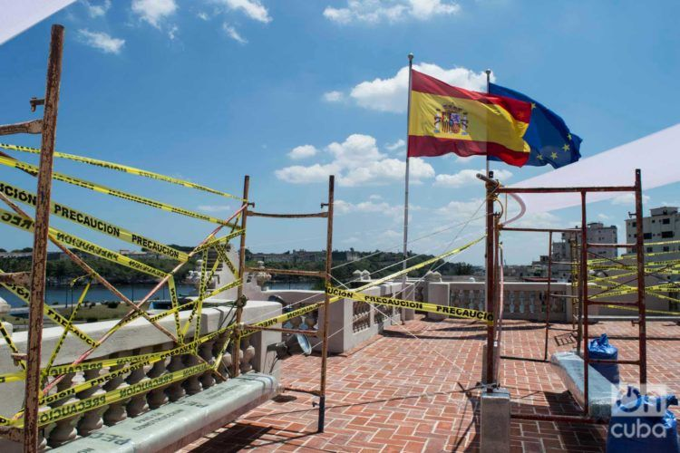 """Parte de la instalación artística """"País en construcción"""", del emprendimiento de diseño Clandestina, en la Embajada de España como parte de la XIII Bienal de La Habana. Foto: Otmaro Rodríguez."""
