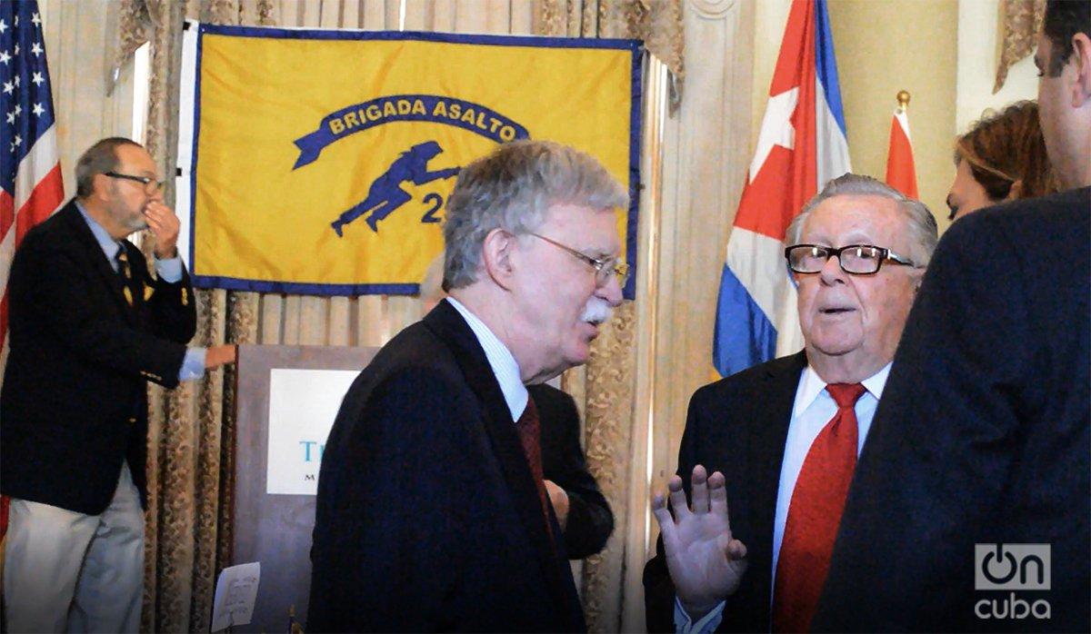 John Bolton conversa con sus anfitriones antes de comenzar el almuerzo ofrecido por la Brigada 2506. Foto: Marita Pérez Díaz.
