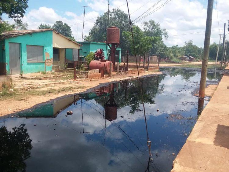 Imagen de archivo muestra un derrame de petróleo en la localidad matancera de Calimete. Foto: Ariel Aymé/Archivo.