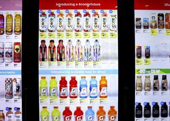 Un estante en una tienda Walgreen's en Chicago el 7 de marzo del 2019. Diversas tiendas están empezando a colocar cámaras diminutas en los anaqueles para tratar de adivinar la edad, sexo y estado de ánimo del consumidor y quizás, qué es lo que quiere comprar. Foto: Teresa Crawford / AP.