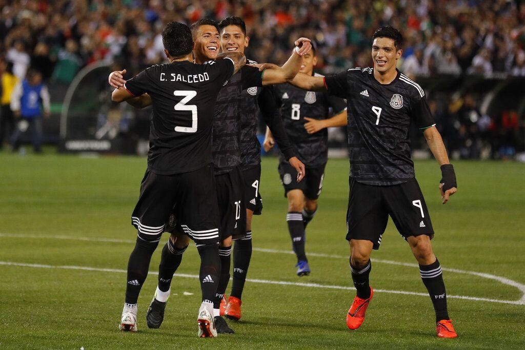 Los jugadores de México festejan un gol en un partido amistoso frente a Chile, el viernes 22 de marzo de 2019, en San Diego (AP Foto/Gregory Bull)