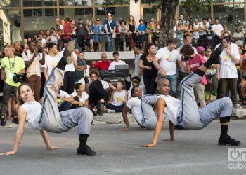 Actuación de la compañía Acosta Danza, en la apertura artística del corredor cultural de la Calle Línea, el sábado 27 de abril de 2019 durante la XIII Bienal de La Habana. Foto: Otmaro Rodríguez.
