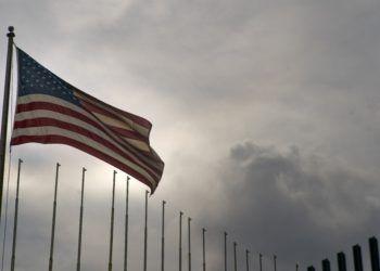 La bandera de Estados Unidos ondea en su embajada en La Habana, Cuba, el lunes 18 de marzo de 2019. Foto: Ramón Espinosa.