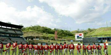 Jugadores del equipo cubano Leñeros de Las Tunas escuchan su himno nacional antes de enfrentar a Los Toros de Herrera de Panamá en la final de la Serie del Caribe en el estadio Rod Carew en la ciudad de Panamá, el 10 de febrero de 2019. Foto: Arnulfo Franco / AP.
