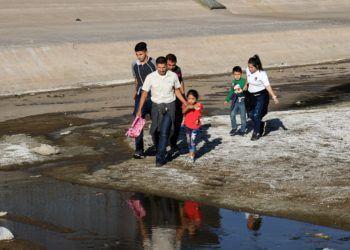 Una familia de migrantes cruza el río Bravo el martes 16 de abril de 2019, en la fronteriza Ciudad Juárez, en el estado de Chihuahua. Foto: David Peinado / EFE.