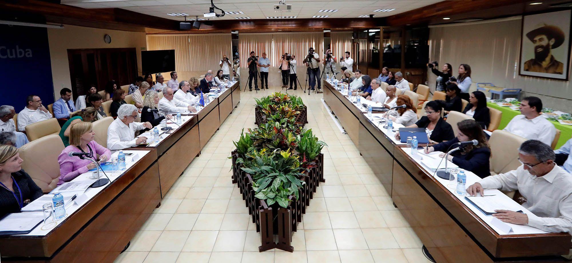 Delegaciones de Cuba (d) y la Unión Europea (UE) participan este martes 16 de abril del 2019, en el primer diálogo sobre desarrollo sostenible Cuba-Unión Europea en La Habana. Foto: Ernesto Mastrascusa / EFE.