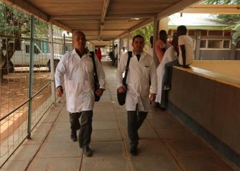 Los doctores cubanos Assel Herrera (izq) y Landy Rodríguez (der), secuestrados el 12 de abril de 2019 en Kenia, presuntamente por militantes del grupo extremista Al Shabab. Foto: Archivo.