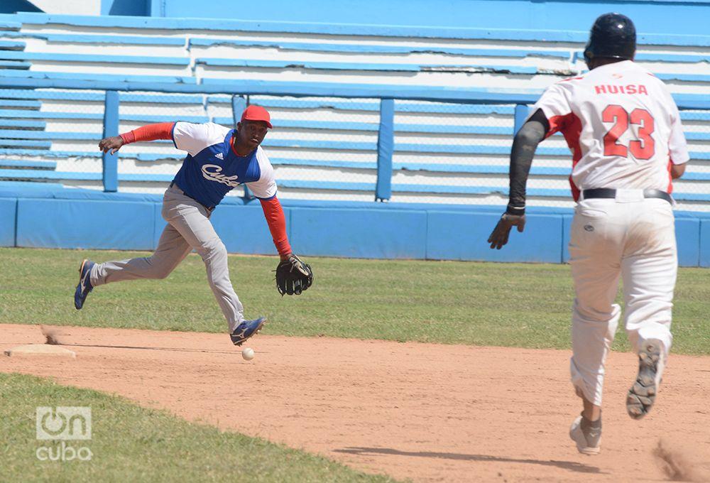 El posicionamiento defensivo es una de las tantas deudas del béisbbol cubano en la actualidad. Foto: Gabriel García
