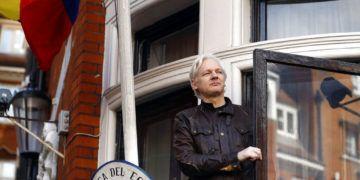 Foto tomada el 19 de mayo de 2017, al fundador de Wikileaks, Julian Assange, mientras se asoma desde la embajada de Ecuador en Londres. El presidente Lenín Moreno acusó el martes a Wikileaks de espiarlo y revelar en redes sociales fotografías que corresponden a su ámbito privado y familiar. (AP Foto/Frank Augstein, Archivo)