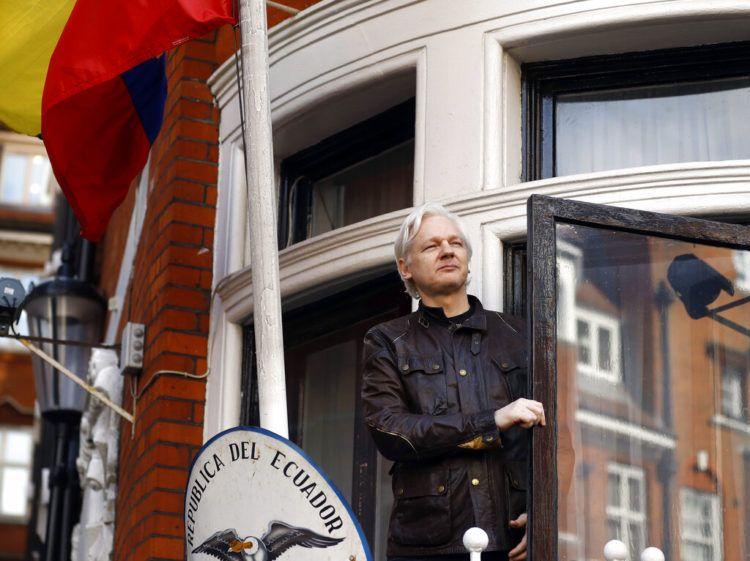 Foto tomada el 19 de mayo de 2017, al fundador de Wikileaks, Julian Assange, mientras se asoma desde la embajada de Ecuador en Londres. Foto: Frank Augstein / AP / Archivo.