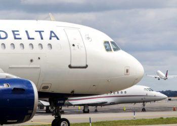 Un avión de Delta Air Lines espera en la pista del aeropuerto de LaGuardia en Nueva York, el 8 de agosto de 2017. Foto: Mary Altaffer / AP.