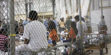 Foto del 17 de junio del 2018 proporcionada por la Oficina de Aduanas y Protección Fronteriza muestra a migrantes detenidos en un cuarto alambrado de un centro de detención en McAllen, Texas. (Oficina de Aduanas y Protección Fronteriza vía AP)