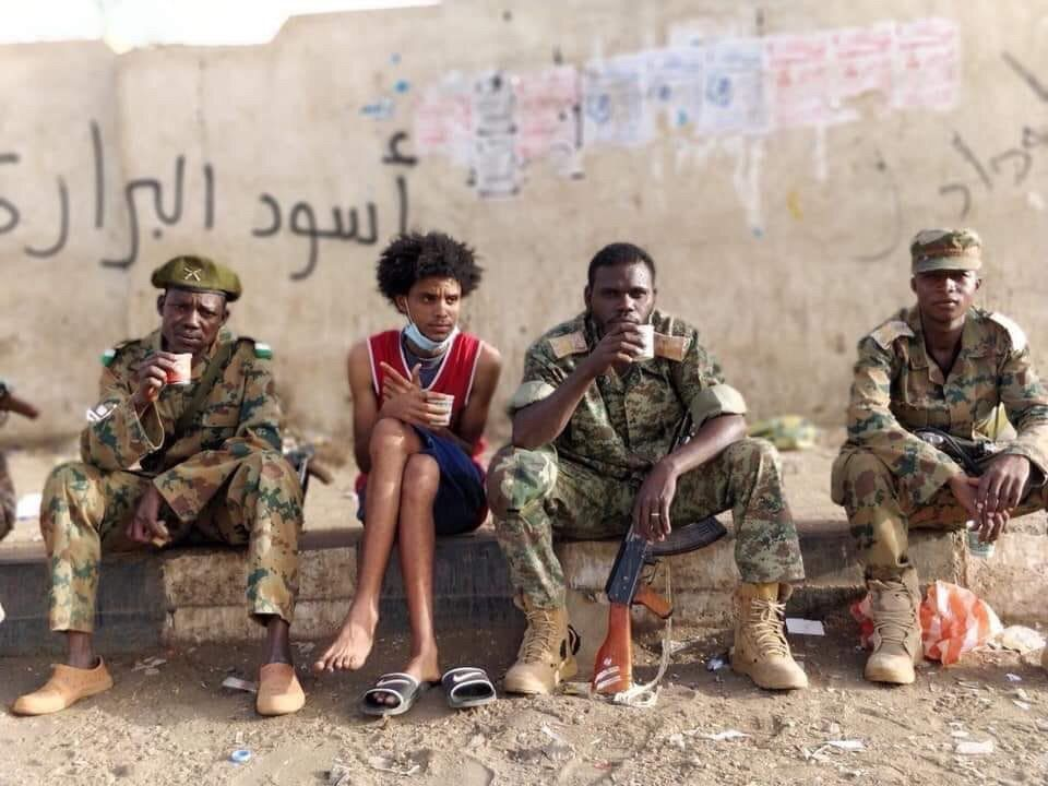 Miembros del ejército sudanés durante las manifestaciones. Foto: @SCP_Sudan/Twitter.