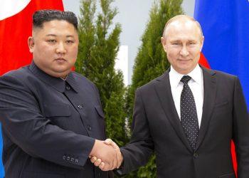 El presidente de Rusia, Vladimir Putin, y el líder norcoreano, Kim Jong Un, se estrechan la mano mientras posan para los fotógrafos antes de una cumbre en Vladivostok, Rusia, el 25 de abril de 2019. (AP Foto/Alexander Zemlianichenko, Pool)