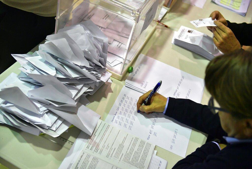 Miembros de una mesa electoral cuentan las boletas luego del cierre de los centros electorales en los comicios generales, en Pamplona, España, el 28 de abril de 2019. Foto: Alvaro Barrientos / AP.
