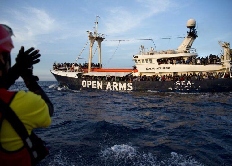 Migrantes y refugiados en el buque de rescate Golfo Azzurro tras ser rescatados por personal de la organización no gubernamental española Proactiva Open Arms, en el Mar Mediterráneo, unas 18 millas al norte de Sabratha, Libia, el 15 de junio de 2017. Foto: Emilio Morenatti / AP.