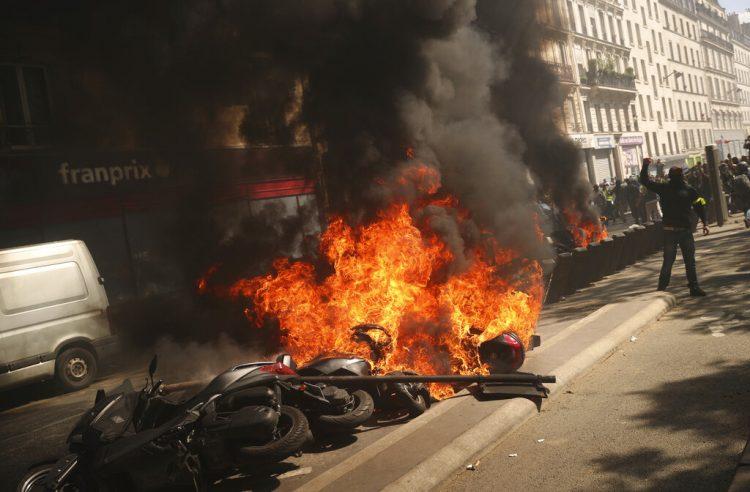 Varias motocicletas arden durante una protesta de chalecos amarillos en París, el sábado 20 de abril de 2019. Foto: Francisco Seco / AP.
