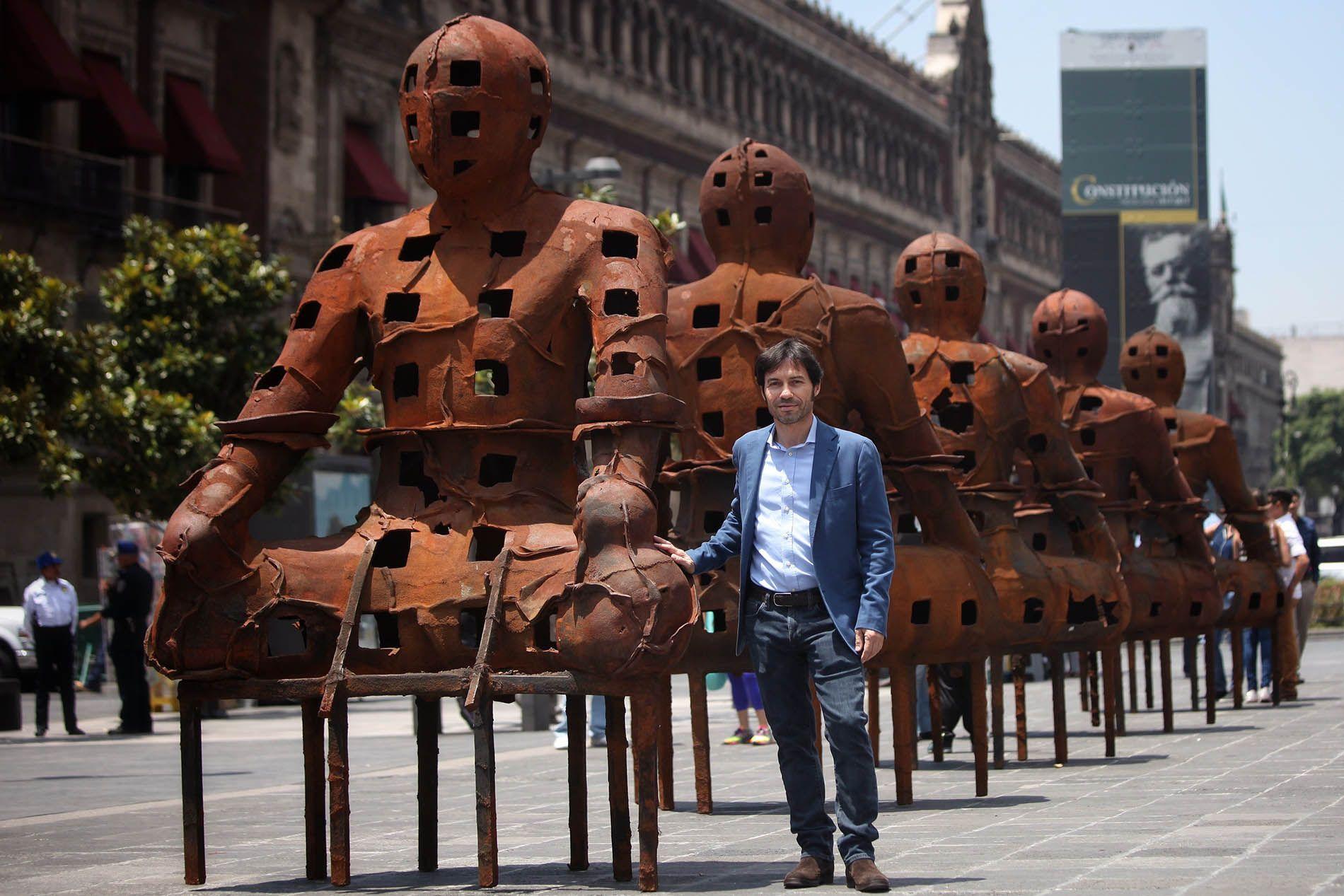 Xavier Mascaró y sus guardianes de hierro, en Ciudad de México. Foto:  Versión Final.