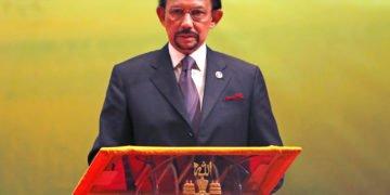El sultán de Brunei, Hassanal Bolkiah, interviene durante la ceremonia de clausura y entrega de la presidencia de la ASEAN a Myanmar, en Bandar Seri Begawan, el 10 de octubre de 2013. Foto: Vincent Thian / AP.
