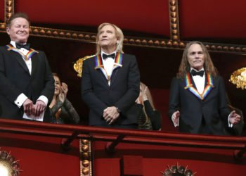 Los miembros de Los Eagles Don Henley, Joe Walsh, y Timothy Schmit, de izquierda a derecha, ganadores del premio del Centro Kennedy, durante la gala en Washington, el 4 de diciembre de 2016. Foto: Manuel Balce Ceneta / AP.