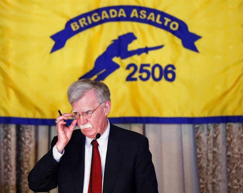 El asesor de Seguridad Nacional John Bolton hace una pausa durante un discurso sobre las nuevas políticas del gobierno el miércoles 17 de abril de 2019 en Coral Gables, Florida, dentro de la Asociación de Veteranos de Bahía de Cochinos en el 58vo aniversario de la fallida invasión a Cuba. Foto: Wilfredo Lee / AP.