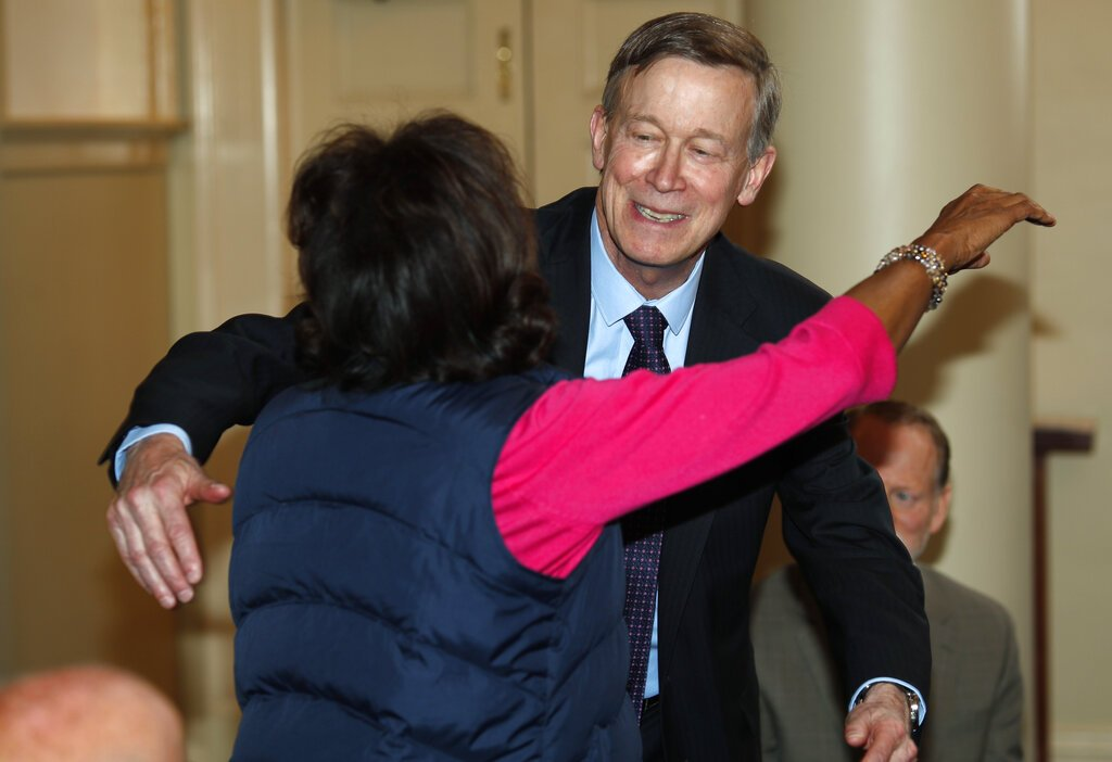 El aspirante a la candidatura presidencial demócrata John Hickenlooper abraza a la senadora estatal de Colorado Rhonda Fields en Denver el 16 de abril del 2019. Foto: David Zalubowski / AP.