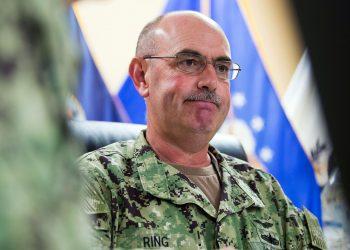 El contraalmirante de la marina John Ring, quien fue relevado como comandante de la prisión de Guantánamo. Foto: Alex Brandon / AP / Archivo.