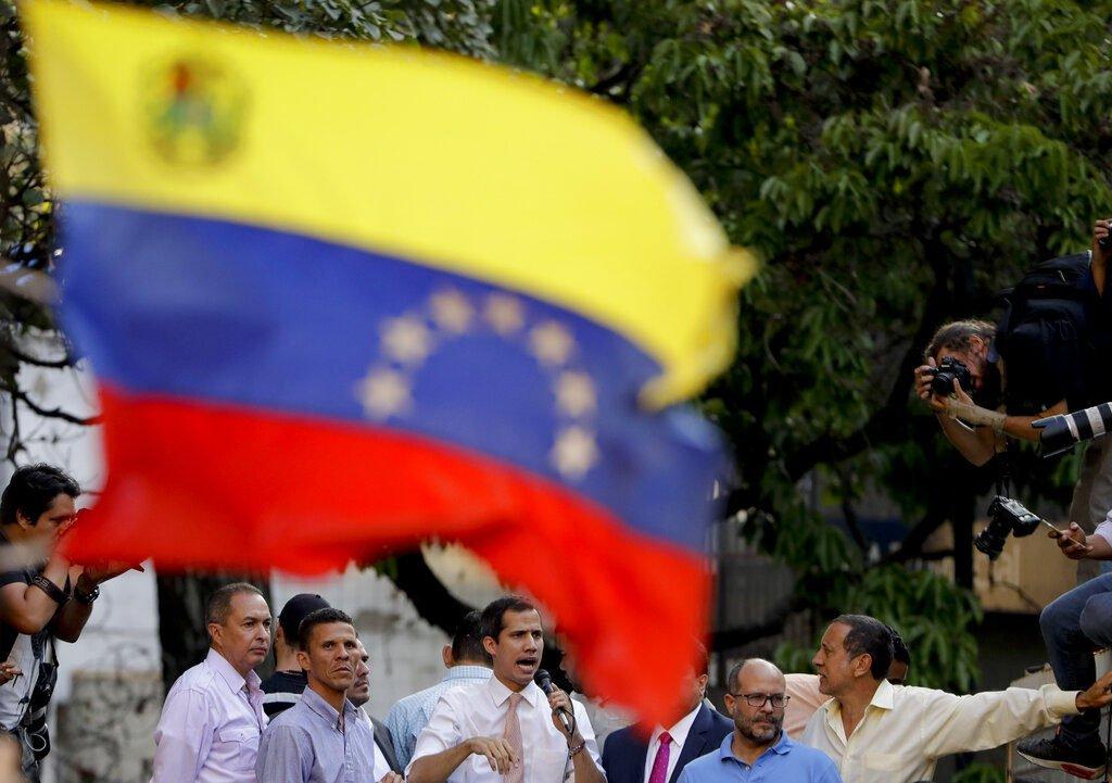 El líder de la oposición de Venezuela y autoproclamado presidente interino, Juan Guaidó, habla durante un mitin en Caracas, el lunes 1 de abril de 2019. Foto: Natacha Pisarenko / AP.