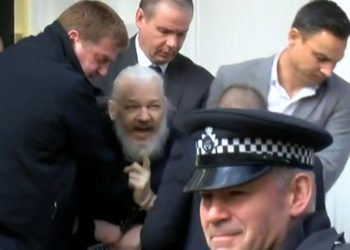 Imagen tomada de video del arresto de Julian Assange hoy en Londres.