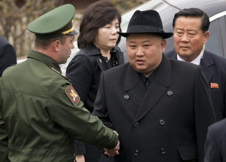 El líder de Corea del Norte, Kim Jong Un (centro derecha), estrecha la mano de un miembro de la guardia de honor antes de una ceremonia en Vladivostok, Rusia, el 26 de abril de 2019. Foto: Alexander Khitrov / AP.