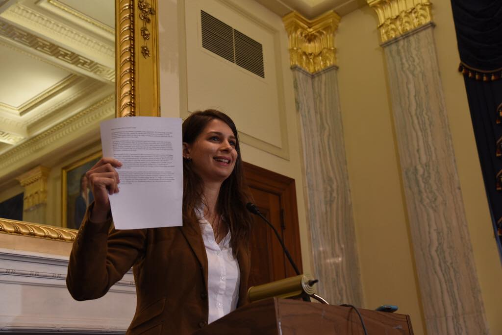 Marta Deus muestra una carta firmada en diciembre de 2016 por emprendedores cubanos y dirigida al presidente Trump pidiéndole que diera continuidad a la política de normalización implementada por el presidente Barack Obama. La presentación se hizo en el Congreso de Estados Unidos.