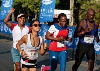 Ana Fidelia Quirós y Germán Silva, junto a otros corredores en la Media Maratón de Varadero. Foto: Roberto Morejón / Trabajadores / Archivo.