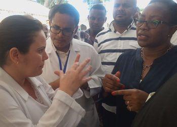 La Secretaria del Gabinete de Salud, Sicily Kariuki (derecha) conversa con la Dra. Liliana Casos, cirujana ortopédica (izquierda) ubicada en Lamu localidad limítrofe con Somalia, en el Hospital del Condado King Fahad en noviembre de 2018. Foto: Kalume Kazungu / The Dayli Nation, Kenya.