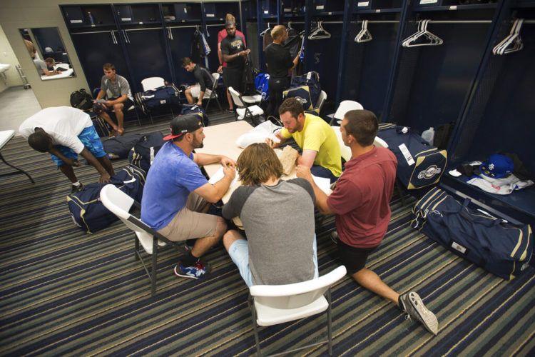 Jugadores del equipo de beisbol de las ligas menores Biloxi Shuckers antes de una práctica en Pensacola, Florida, el 8 de abril del 2015. Muchos jugadores de las ligas menores del beisbol ganan tan poco dinero que no les alcanza para vivir (AP Photo/Michael Spooneybarger, File)
