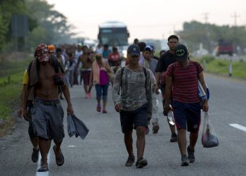 Migrantes centroamericanos que viajan en una caravana a la frontera con Estados Unidos caminan por la carretera a Pijijiapan, México, el lunes 22 de abril de 2019. Foto: Moisés Castillo / AP.