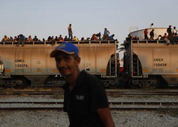 Migrantes centroamericanos van sobre un tren de carga rumbo a la frontera entre México y Estados Unidos en Ixtepec, Oaxaca, el 23 de abril de 2019. Foto: Moisés Castillo / AP.