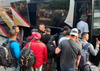 Migrantes cubanos suben a autobuses en Tapachula (Chiapas, México), el 17 de abril de 2019. Foto: Juan Manuel Blanco / EFE.